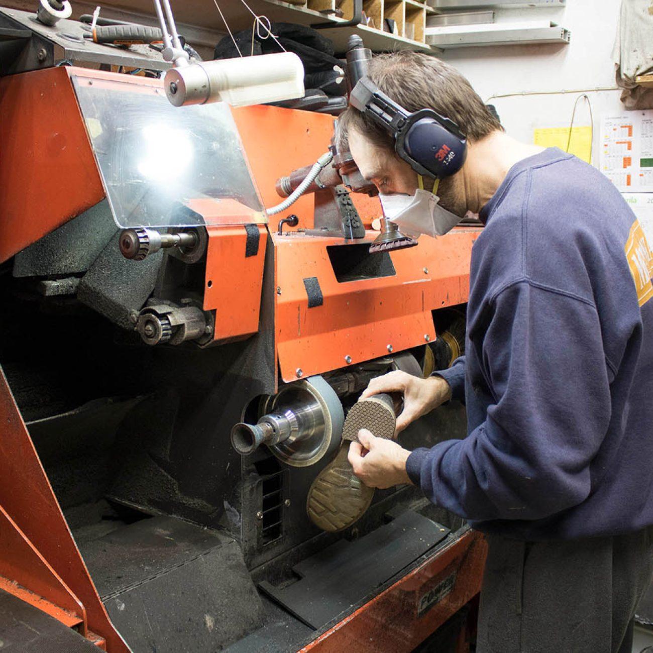 Morales Hnos. reparación de calzado y copias de llaves en Deusto